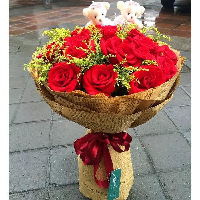 19朵红玫瑰,搭配黄莺,赠送2个小熊