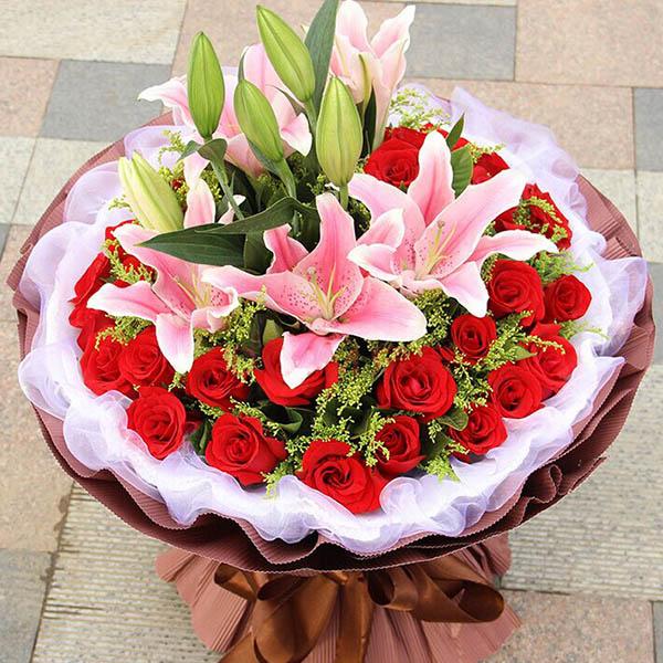 33朵红玫瑰,3枝多头百合,搭配黄莺