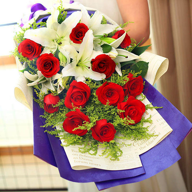 11朵红玫瑰,3枝白色多头