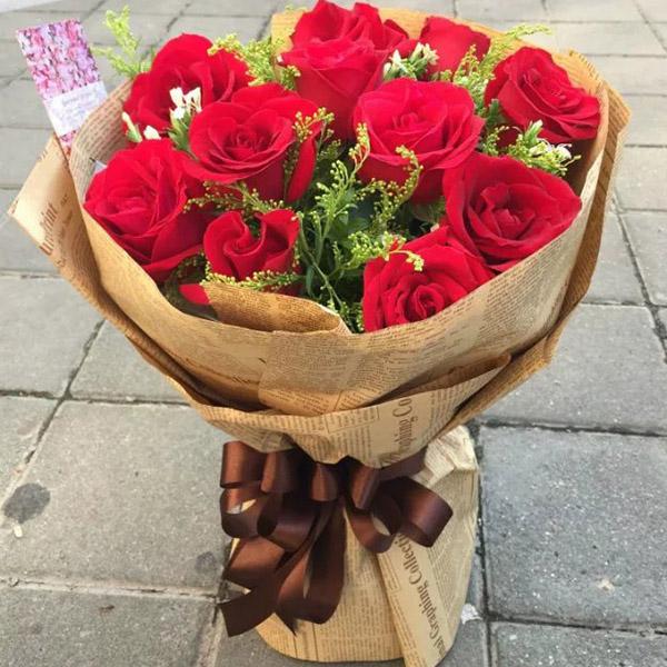 11朵红玫瑰,搭配黄莺等配花