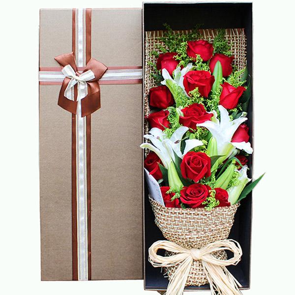 19朵红玫瑰,3枝多头香水百合,搭配黄莺