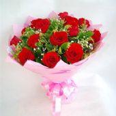 11枝红玫瑰,满天星点缀,栀子叶等,